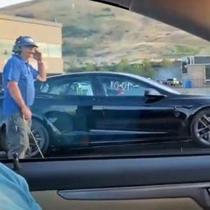 Оваа трка покажува колку новиот автомобил на Тесла е помоќен од бензинецот