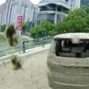 Среде возење на автомобили паднал бетон – Погледнете го тој момент!