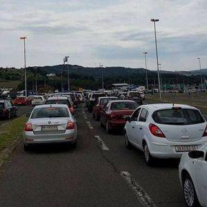 МВР им дели вода на заглавените туристи на македонско-грчката граница кои чекаат три часа