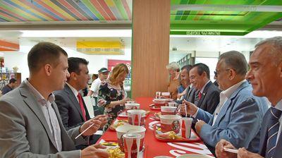 Премиерот Заев и амбасадорот Џес Бејли први пробаа храна од KFC