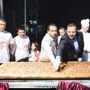 """Градоначалникот Бочварски и министерот Спасовски ја пресекоа џиновската пастрамајлија за старт на штипската """"Пастрамајлијада"""""""