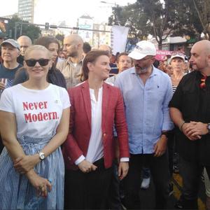 Премиерката на Србија со девојката на Парадата на гордоста во Белград