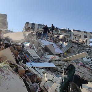 Силен земјотрес во Измир: Најмалку 4 жртви, морето го поплави градот