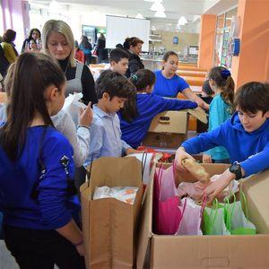 """Учениците од """"Нова"""" донираа храна за социјално загрозените семејства"""