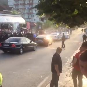 Демонстранти фрлаа камења врз автомобилот на Еди Рама