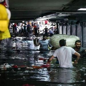 СИЛНО НЕВРЕМЕ СО ЖРТВИ ВО ИСТАНБУЛ: Градот под вода, автомобили пливаат