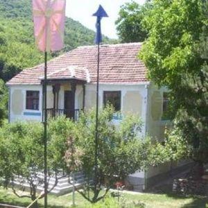 Македонско село со само двајца жители има 20.000 книги