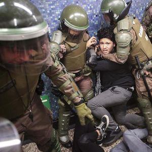 НАСИЛНИ ДЕМОНСТРАЦИИ И ВОНРЕДНА СОСТОЈБА: Чилеанците се бунтуваат против поскапиот јавен превоз
