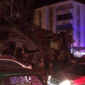СЕ БАРААТ ТЕЛАТА: Земјотресот во Турција урна згради и уби луѓе