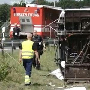 (ВИДЕО+ФОТО) ПРВИ СНИМКИ ОД ТЕШКАТА НЕСРЕЌА: Се преврте германски автобус кој стигнал од Србија