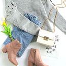 Петок во сива блузичка и тексас здолниште