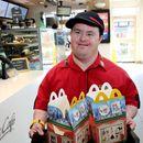После 32 години работа во Мекдоналдс, лице со Даунов синдром се пензионира