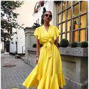 Понеделник во жолт фустан на преклоп со истакнат струк