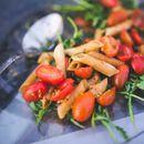 Викенд рецепт: Брза и вкусна салата со пилешко и тестенини
