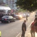 ВИДЕО Демонстранти го нападнаа возилото на Еди Рама