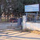 Жена се дерела пред затворот во Шутка и му се заканувала на директорот