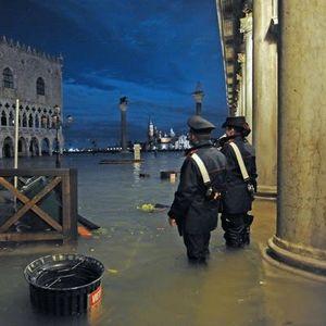 Вонредна состојба во Венеција, две лица загинаа во поплавите