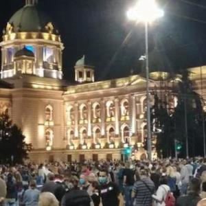 Во српскиот парламент упадна Срѓан Ного од Двери, екс министерот Вук Јеремиќ избркан од толпата