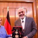 Рама ја одликува Меркел со орден со голема ѕвезда: Данке Ангела!