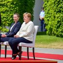 Меркел слуша седнала датския химн заради треперенето