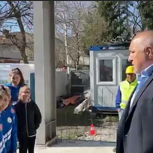"""""""Клас стани! Клас мирно!"""": Деца посрещнаха Борисов с аплодисменти"""