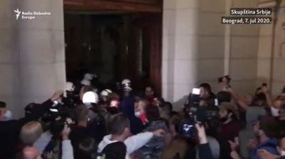 Протести во Белград - полицијата исфрли демонстранти од српското Собрание