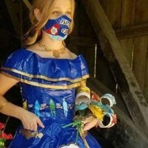 Најпозната корона креација на светот: Тинејџерка потрошила 400 часа на создавање на фустанот за матура