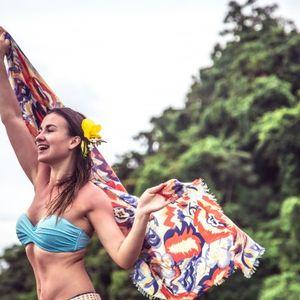 Една марама и седум начини како да ја носите на плажа