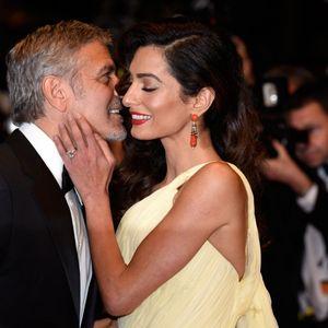 Џорџ Клуни три пати ја молел за првиот состанок: Факти за необичниот живот на Амал