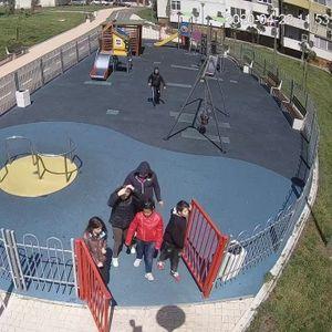 """Познавате ли тези млади вандали? Потрошиха детска площадка в """"Меден рудник""""!"""