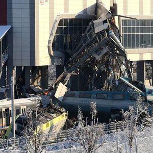 ШОКИРАЩИ КАДРИ С ДРОН: Заснеха от въздуха адската влакова катастрофа в Анкара