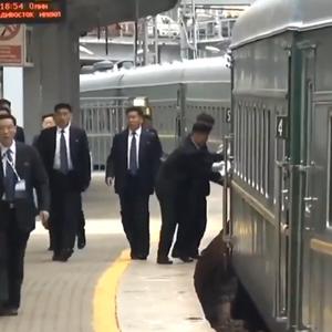 ВСИЧКО ЗА ВОЖДА: Охранители на Ким Чен Ун търчат след влака и лъскат дръжките на вратите