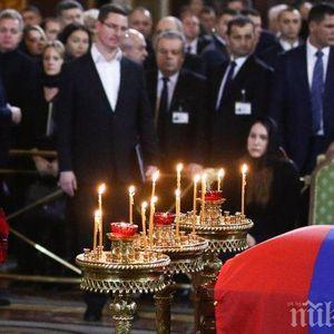 СБОГУВАНЕ! Путин отдаде последна почит пред Юрий Лужков