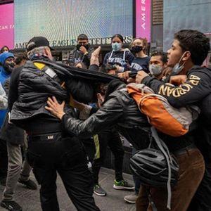 СБЛЪСЪЦИ В НЮ ЙОРК: Фенове и противници на Тръмп се замерят с яйца и камъни