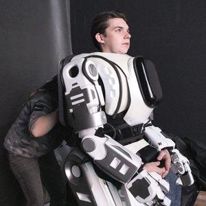 Достижение на руските гении. Робот се оказа... мъж в костюм!?