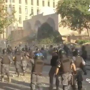Напрежение в Бейрут, протестиращи щурмуваха министерства