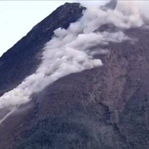Пепел и лава след мощно изригване на вулкан на остров Ява