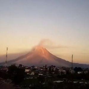 Мощно и опасно изригване на вулкана Синабунг в Индонезия