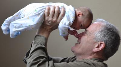 Заради коронавируса: Дядо се запозна с внучето си ... през прозореца