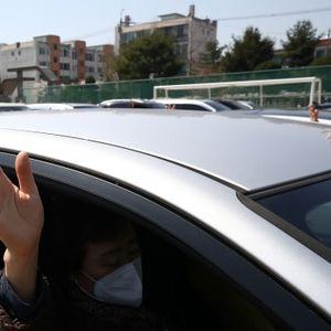 Литургии на открито в Южна Корея, вярващите се молеха от колите си