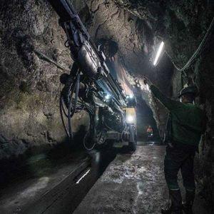 Најмалку десет рудари заробени во поплавен рудник во централна Кина