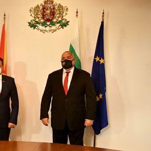 ВМРО-ДПМНЕ: Заев ги продава државните интереси на тајни средби