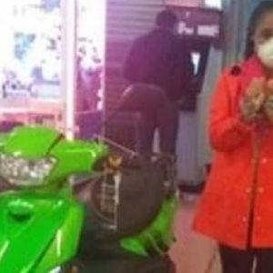 """Поради грешка со точка-запирка во цената, Мексиканка си купи скутер за 0,69 долари на """"Црн петок"""""""