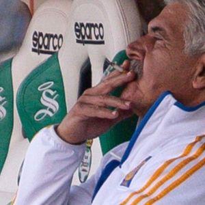 Тренерот на Тигрес казнет бидејќи пушел за време на натпревар