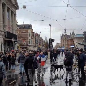Хаос во Амстердам поради новите мерки, полицијата со водени топови ги растера демонстрантите