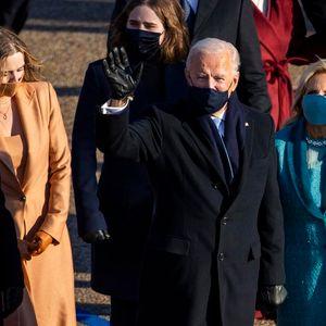 Бајден и првата дама Џил пеш пристигнаа во Белата куќа