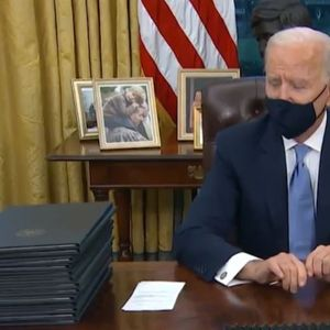 Бајден го прочита писмото од Трамп и ги потпиша првите 17 извршни наредби