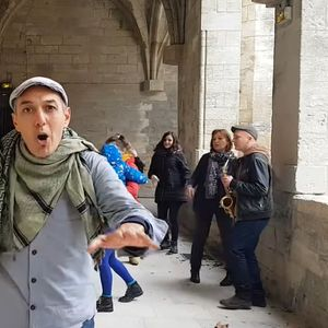 """""""Да танцуваме уште"""" – песната што стана културен феномен за време на ограничувањата во Франција"""