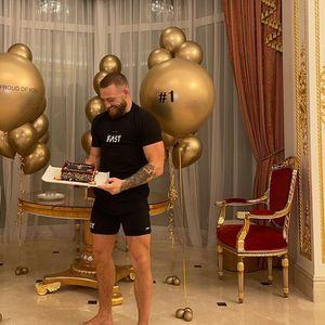 Мекгрегор со посебна торта го прослави првото место на листата за заработувачка