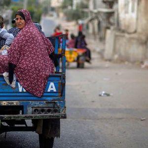 Палестинците ги напуштаат населбите во близина на Појасот Газа поради израелските напади